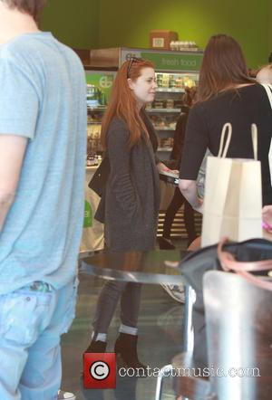 Amy Adams - Amy Adams goes make-up free to pick up health shakes at Earthbar with her husband Darren Le...