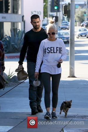 Jesse Metcalfe , Cara Santana - Jesse Metcalfe and Cara Santana leave Zinque cafe with their dogs - Los Angeles,...
