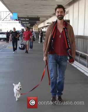 Hamish Linklater - Hamish Linklater arrives at Los Angeles International (LAX) Airport with his dog - Los Angeles, California, United...