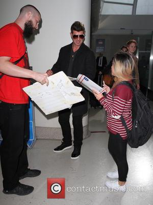 Robin Thicke - Robin Thicke arrives on a flight to Los Angeles International Airport (LAX) - Los Angeles, California, United...