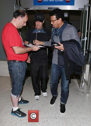 Lionel Richie - Lionel Richie arrives at Los Angeles International Airport (LAX) - Los Angeles, California, United States - Tuesday...