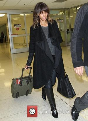 Halle Berry - Halle Berry arrives at Los Angeles International (LAX) Airport - Los Angeles, California, United States - Wednesday...
