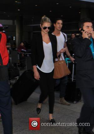Kate Upton - Kate Upton arrives at Los Angeles International Airport (LAX) - Los Angeles, California, United States - Friday...