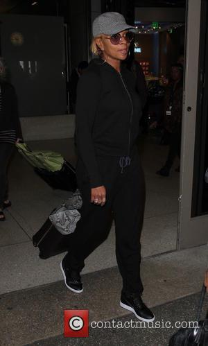 Mary J. Blige - Mary J. Blige arrives on a flight to Los Angeles International Airport (LAX) - Los Angeles,...