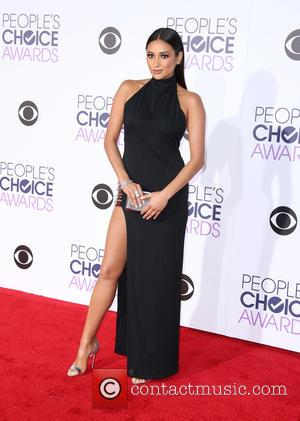 Shay Mitchell - People's Choice Awards 2016 held at the Microsoft Theatre L.A. Live - Arrivals at Microsoft Theater, People's...