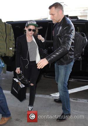 Kristen Stewart - Kristen Stewart arrives on a flight to Los Angeles International Airport (LAX) - Los Angeles, California, United...