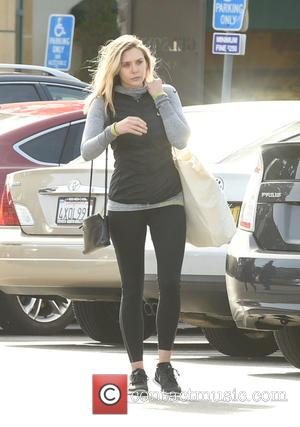 Elizabeth Olsen - Elizabeth Olsen picks up groceries at Gelson's Market - Los Angeles, California, United States - Friday 15th...