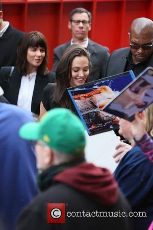 Angelina Jolie - Angelina Jolie greets fans at the 'Kung Fu Panda 3' premiere at Hollywood Blvd - Los Angeles,...