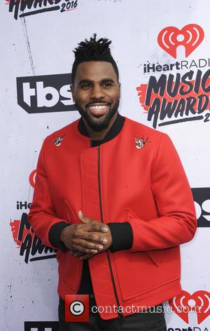 Jason Derulo Sets Up Bathroom Bar