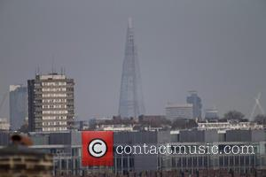 Atmosphere - As the Summer weather finally hits London heavy smog can be seen on the city's skyline - London,...