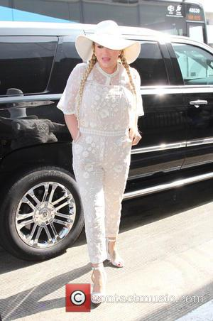 Kesha - Kesha wears all white at Los Angeles International Airport - Los Angeles, California, United States - Friday 3rd...