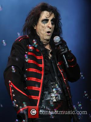 Alice Cooper Pays Tribute To Joe Perry At Hollywood Vampires Show