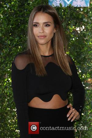 Jessica Alba And Ne-yo Pay Tribute To Gun Violence Victims At Teen Choice Awards