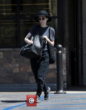 Rooney Mara disguises herself with sunglasses and a fedora at Gelson's Market on Independence Day - Los Angeles, California, United...