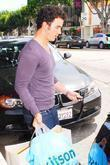 Kevin Jonas loads shopping bags in his car...