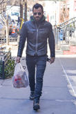 actor justin theroux takes a walk in his west villa 090313