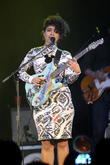 Lianne La Havas Exercises With Bandmates On Tour