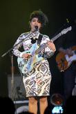 Lianne La Havas Exercises With Bandmates On Tour