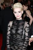 Anne Hathaway Debuts Bleached Blonde Hair At Met Ball 2013 [Pictures]