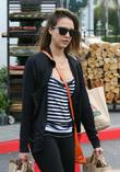 jessica alba grocery shopping 160513