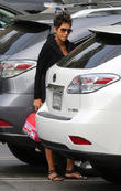 a pregnant halle berry brings her daughter to schoo 210513
