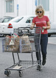 Amy Poehler shopping for groceries