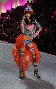 Victoria's Secret Fashion Show 2013, Taylor Swift Steals The Spotlight! [Pictures]