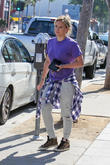 Hilary Duff pays for parking