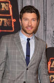 Brett Eldredge Treats Fans To Karaoke Bar Hop
