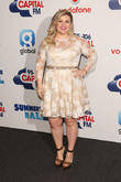 Kelly Clarkson Makes Emotional Return To 'American Idol'