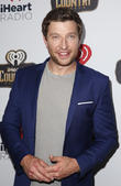 Brett Eldredge Is Allergic To Real Christmas Trees