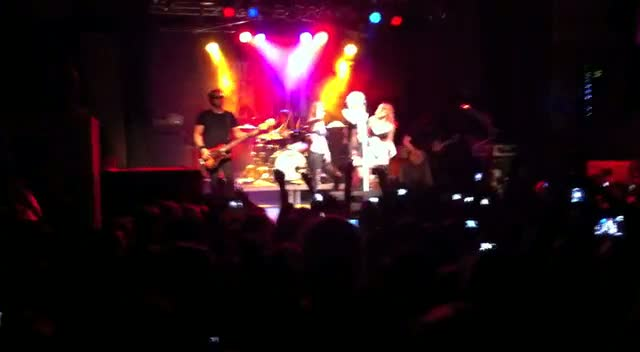 Taylor Momsen dancing with 2 youngs girls on stage