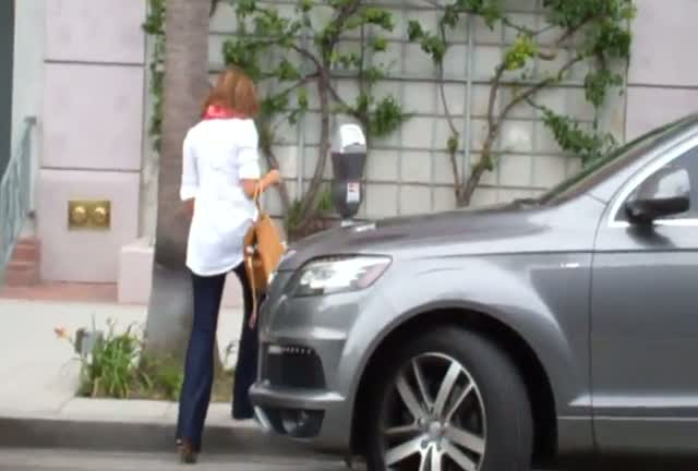 A Pregnant Jessica Alba parks her car and walks into a building not answering any of the photographers questions