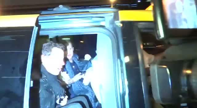Ioan Gruffudd Dashing To Taxi