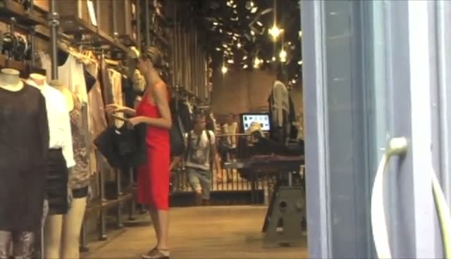 Heidi Klum Browsing In A Stylish Manhattan Clothing Store
