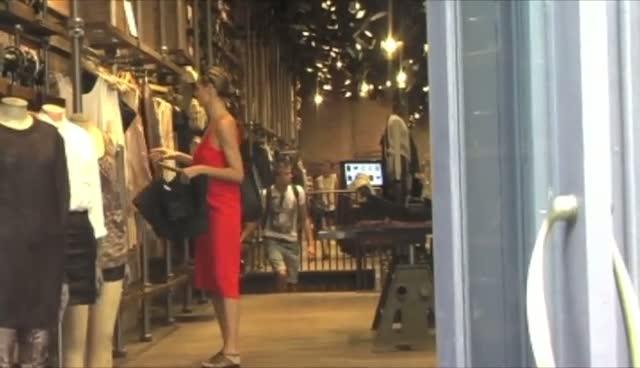 Heidi Klum Browsing In A Stylish Manhattan Clothing Store