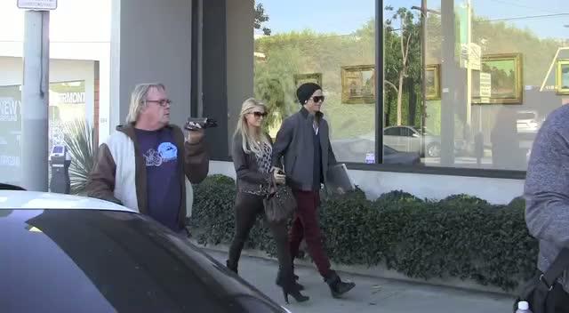 Paris Hilton Swamped By Paps Leaving Store With Boyfriend