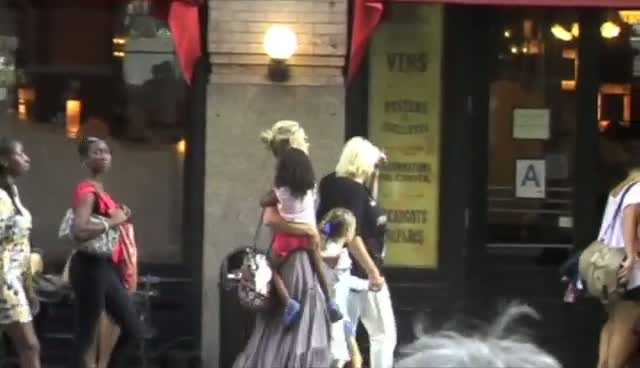 Heidi Klum Enjoys Bistro Lunch With Family