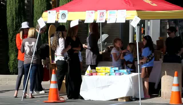 Heidi Klum Sells Cookies With Daughter Leni