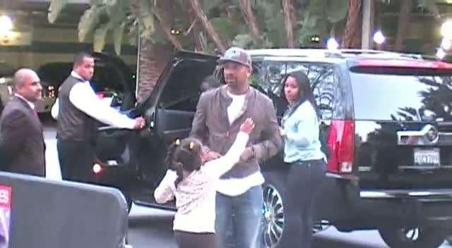 Mike Epps Jokes With Photographers On Arriving At The Los Angeles Clippers Game
