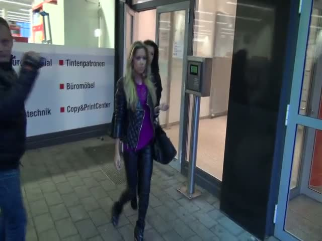 Sylvie Van Der Vaart Ignores Paparazzi On Leaving German Medical Center