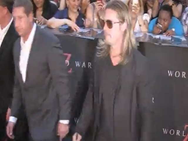 Brad Pitt Seems To Break A Record For Most Autographs At 'World War Z' NY Premiere - Part 1