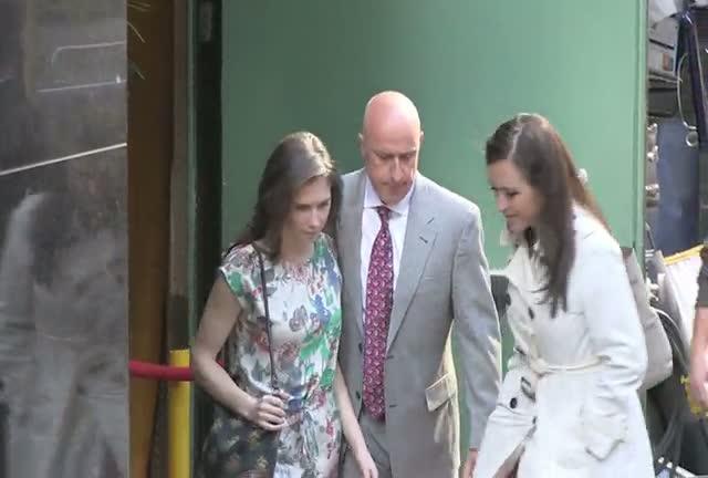 Amanda Knox Ignores Paparazzi As She Arrives At ABC Studios