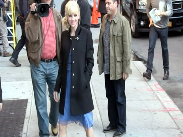 Anna Faris Waves At Photographers On Arriving At 'Letterman'