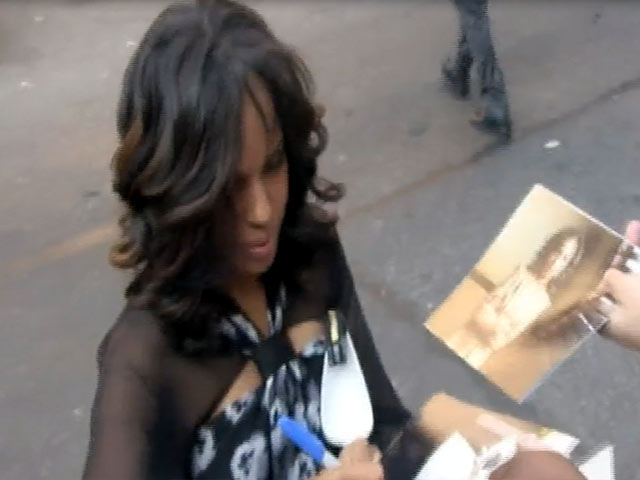 Kerry Washington Talks To Fans Outside 'Letterman' Studios