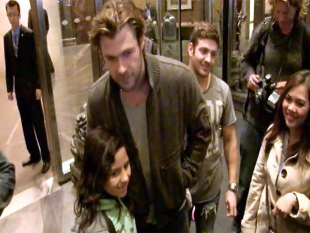 Chris Hemsworth Stops For Fan Photos Outside His New York Hotel