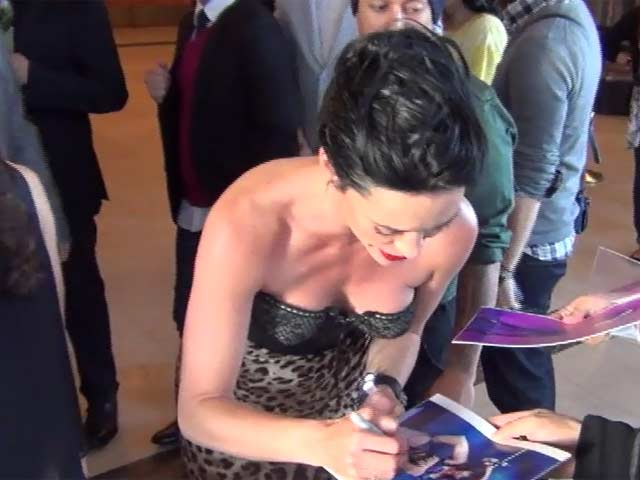 Jessica Sutta Tries To Sign As Many Autographs As Possible At 'The Wizard Of Oz' Hollywood Opening - Part 8