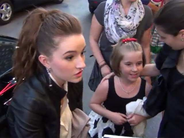 Kaitlyn Dever Signs Personal Autographs For Fans 'The Wizard Of Oz' Opening Night - Part 10