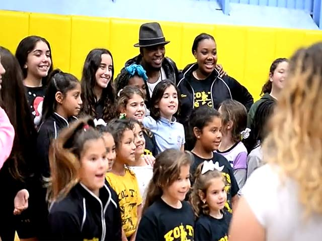 Ne-Yo Poses With Children Of Miami's Boys And Girls Clubs During Tour Visit - Part 4