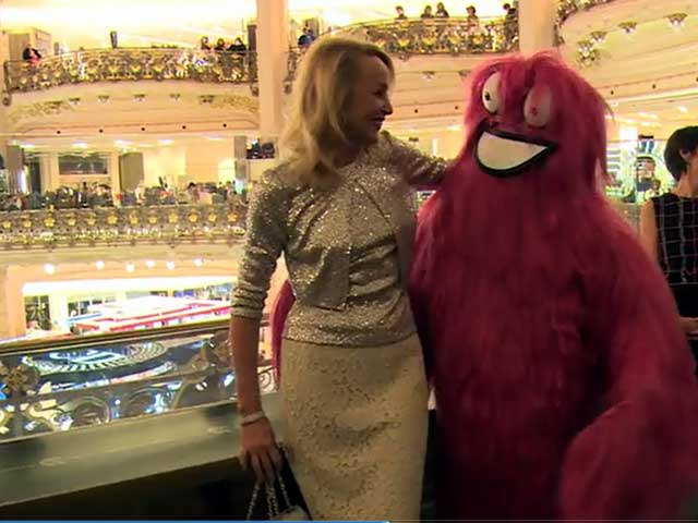 Jerry Hall Enjoys Christmas Celebrations At The Galeries Lafayette Store In Paris